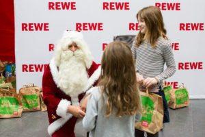 300 Kinder durften sich über eine REWE Weihnachtstüte freuen, zusammengepackt von den DHfK-Profis. Foto: Karsten Mann