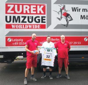 U23-Coach Enrico Henoch überreicht der Spedition Zuruk GmbH ein Trikot. Foto: Spedition Zuruk
