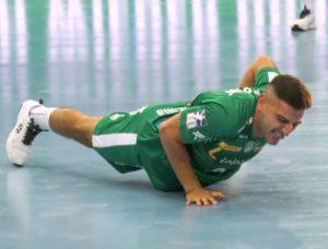 10 Liegestütze mit einem Arm - kein Problem für Lucas Krzikalla.