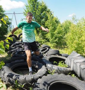 Marko Mamic kämpft sich durch den Reifenparcours. Foto: SC DHfK