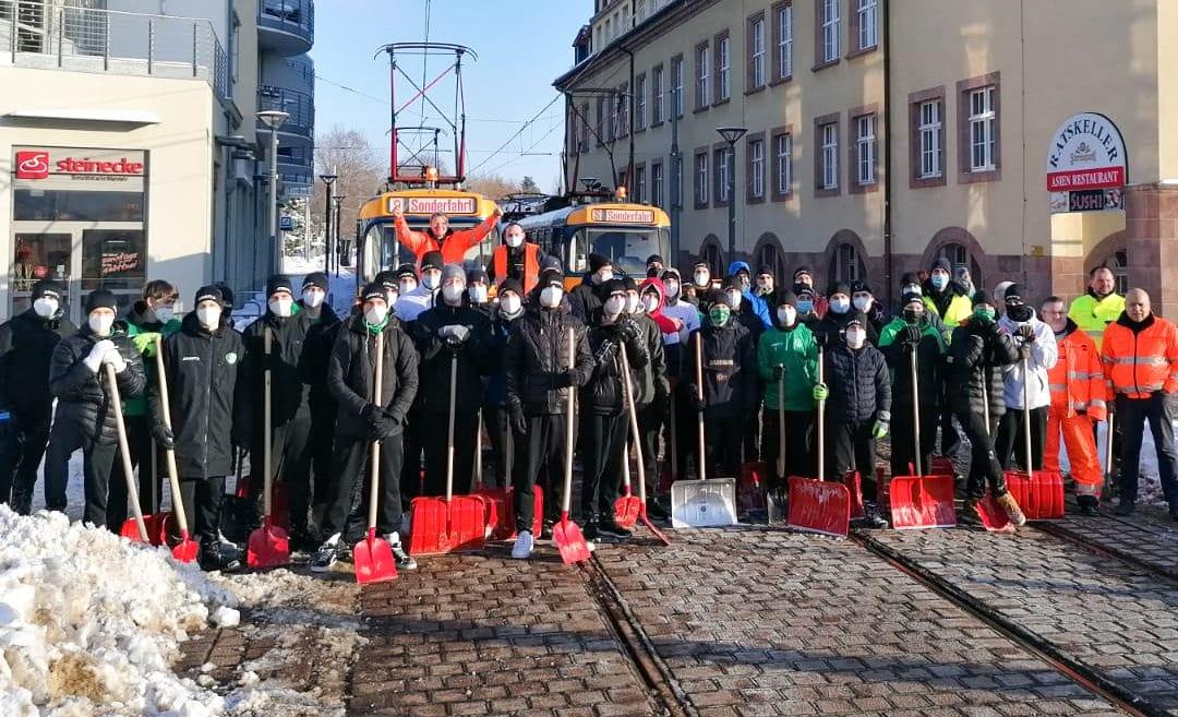 Leipziger Nachwuchs-Handballer schippen Straßenbahn-Strecke nach Schkeuditz frei